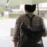傘をさしてると、リュックに雨のしずくが、、、、超肉厚な防水馬革の話。