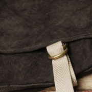 墨染かぶせショルダーバッグにベルト留め取り付けカスタム。