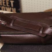 オイルバケッタ革のボディバッグに肩当てパッドを取り付け。