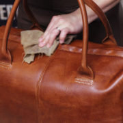 オイル加工がよく似合う、レザーボストンバッグ。