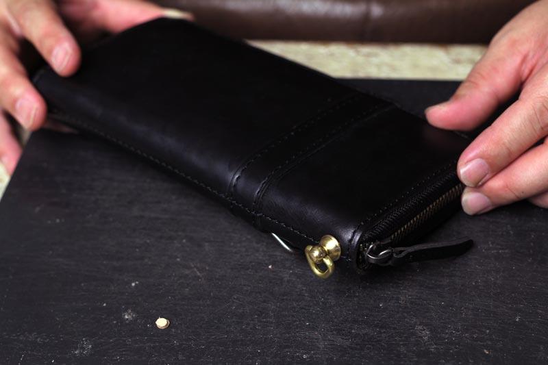 ラウンド財布にウォレットコード用金具を取り付け加工