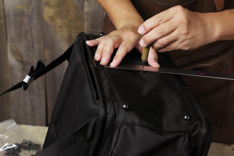 TUMIのバックパックに底鋲取り付け加工