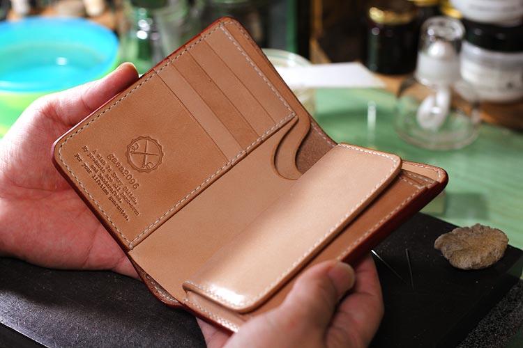 不動の人気、ヌメ革ミドル財布の最新制作現場