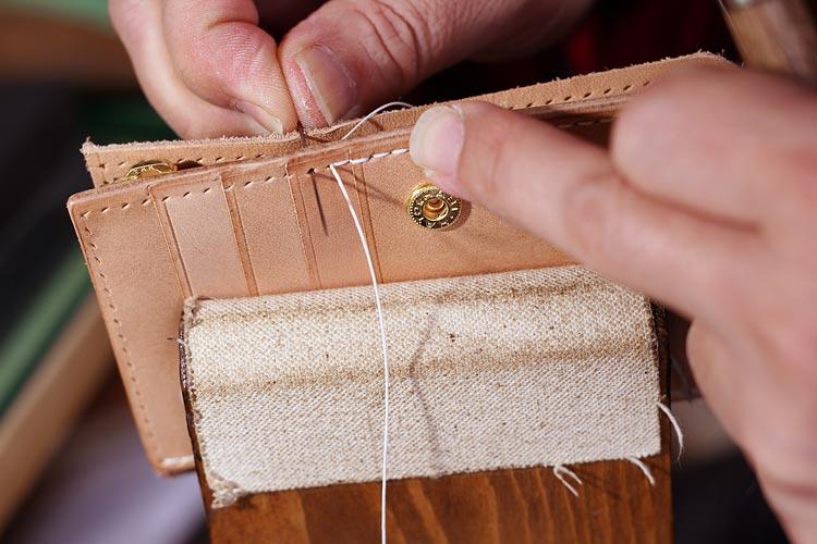 お客様のご要望で生まれた、ファスナー小銭入れ ヌメ革の財布制作
