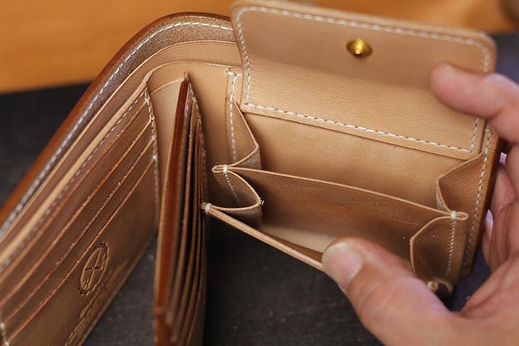 二つ折り財布の小銭入れ、2層式と通常タイプを比較