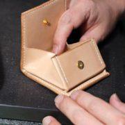 革小物の定番!ヌメ革コインケースの制作模様