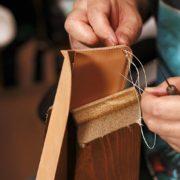 昔ながらのかぶせ小銭入れ、ヌメ革長財布の制作模様