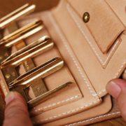 栃木レザーのヌメ革ミドル財布、小銭入れをコインキャッチャーに、カード入れを追加カスタム