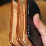 栃木レザーヌメ革のブラック×ナチュラルのミドル財布