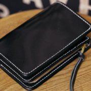 ヌメ革、ブラックで仕立てたミドル革財布