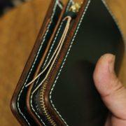 イギリス謹製、ブライドルレザーのダークグリーンで仕立てた、オーダーメイドのミドルウォレット。ファスナー小銭入れ仕様の二つ折り革財布を総手縫いでお作りしました!