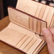 小銭入れはいりません~そんな方にオススメの札・カード入れに特化したミドル革財布。合計16ポケットものカードポケットを装備した栃木レザーヌメ革の手作りレザーウォレット