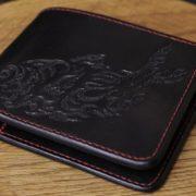 革財布にお気に入りの柄を入れたい!ヌメ革に魚のレザーカービングを施した、オーダーメイドのショートウォレットの制作事例