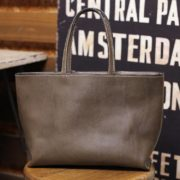 渋いグレーの革色が魅力的なイタリアンレザー、NEW YORKで仕立てた手作りのトートバッグ~財布、携帯、鍵とペットボトルなんかの小物が入るくらいのランチバッグサイズのトートバッグをオーダーメイドで作りました