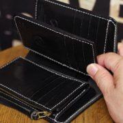 日本を代表する、栃木レザー史上最高峰の極上ヌメ革ブラックで仕立てたミドル革財布~カード入れを追加した16ものカードポケットが魅力です